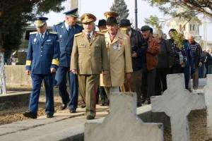 Veterani de razboi si militari in rezerva participa la comemorarea eroilor Armatei Romane, in cimitirul Sineasca din Craiova, cu ocazia sarbatoririi Zilei Armatei Romane, joi, 25 octombrie 2012. TIBI BOLOGH / MEDIAFAX FOTO